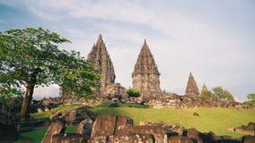 Den Prambanan templet och gräsplangräsmatta glider på solig dag arkivfilmer