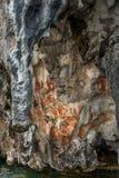 Den Preshistoric petroglyphen vaggar målningar i Raja Ampat, västra Papua, Indonesien Arkivfoton
