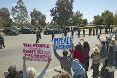Den presidents- motorcaden med presidenten George W Bush förbi politiska anti--Bush samlar med tecken, att läst ifrågasätta Bush  Royaltyfria Bilder