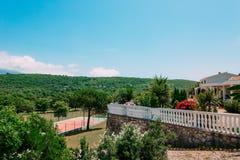 Den privata tennisbanan på villan vid havet, Montenegro, annons Arkivfoto