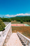 Den privata tennisbanan på villan vid havet, Montenegro, annons Royaltyfria Foton
