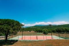 Den privata tennisbanan på villan vid havet, Montenegro, annons Royaltyfri Fotografi