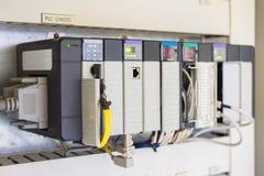 Den programmerbar logikkontrollanten eller PLC installerar för kontrollerad fossila bränslenprocess arkivbilder