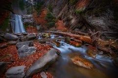 Den Pruncea vattenfallet i Buzau ståndsmässiga Rumänien sköt med lång exposur Royaltyfria Bilder