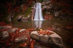 Den Pruncea vattenfallet i Buzau ståndsmässiga Rumänien sköt med lång exposur Royaltyfri Fotografi