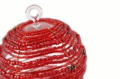 den prydde med pärlor julen isolerade prydnadred Fotografering för Bildbyråer