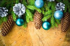 Den prydliga julgranen sörjer träjulbollar Royaltyfri Fotografi