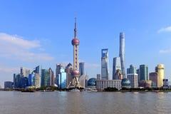 Den Pudong horisonten av Shanghai på en solig dag Arkivfoto