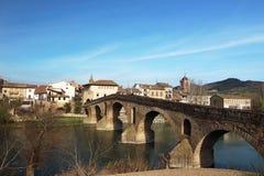 Den Puente de la Reinas bron leder vägen till den Estella byn i början av den 5th etappen av Caminoen de Santiago Royaltyfri Fotografi