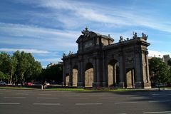 Den Puerta de Alcalà ¡en 'Alcalà ¡ port 'i Madrid royaltyfri bild