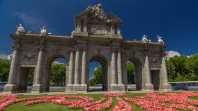 Den Puerta de Alcala timelapsehyperlapsen är enklassisk monument i plazaen de la Independencia i Madrid, Spanien stock video