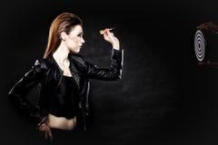 Den Punk flickan med pilen och uppsätta som mål Royaltyfria Bilder