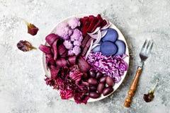 Den purpurfärgade Buddhabunken med spirala morötter, blomkålen, beta, löken, potatis, strimlade röd kål, radicchiosallad, kalamat Royaltyfri Bild