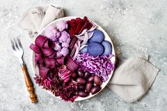 Den purpurfärgade Buddhabunken med spirala morötter, blomkålen, beta, löken, potatis, strimlade röd kål, radicchiosallad, kalamat Royaltyfria Bilder