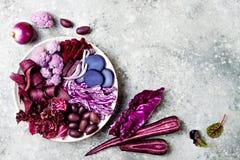 Den purpurfärgade Buddhabunken med spirala morötter, blomkålen, beta, löken, potatis, strimlade röd kål, radicchiosallad, kalamat Royaltyfri Foto