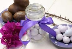 Den purpurfärgade den temapåskmatställen, frukosten eller frunchen bordlägger inställningen, närbild. Royaltyfri Bild