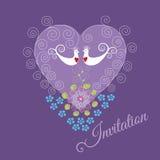 Purpurfärgad inbjudan med två förälskelsefåglar och hjärta Royaltyfria Bilder