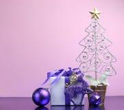 Den purpurfärgade temajulen gåva och baublegarneringar med kopierar utrymme Arkivbilder