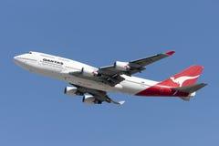 Den Qantas Airways Boeing 747 jumbon - spruta ut att ta av från Los Angeles den internationella flygplatsen Royaltyfria Foton