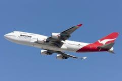 Den Qantas Airways Boeing 747 jumbon - spruta ut att ta av från Los Angeles den internationella flygplatsen Arkivfoton