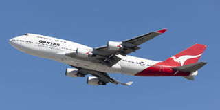 Den Qantas Airways Boeing 747 jumbon - spruta ut att ta av från Los Angeles den internationella flygplatsen Royaltyfria Bilder