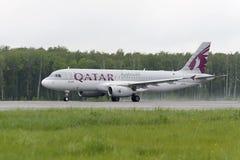 Den qatariska flygbolagflygbussen A320 tar av Arkivfoton