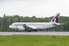Den qatariska flygbolagflygbussen A320 tar av Royaltyfri Foto