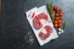 Den rå kalvköttlägget skivar kött Arkivbild