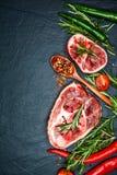 Den rå kalvköttlägget skivar kött och ingredienser för Osso Buco matlagning arkivbilder