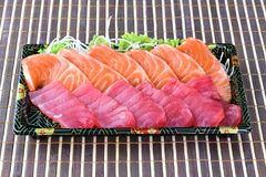 Den rå laxen och den rå tonfisksashimiskivan i japansk mat utformar Fotografering för Bildbyråer