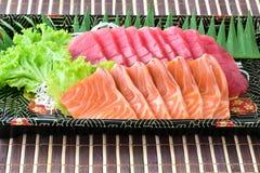 Den rå laxen och den rå tonfisksashimiskivan i japansk mat utformar Arkivfoto