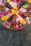 Den rå strikt vegetarian bakar ihop med frukt och frö som dekoreras med blomman, produktfotografi för bakelser Royaltyfri Fotografi