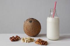 Den rå strikt vegetarian mjölkar Arkivbild