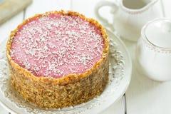 Den rå strikt vegetarian Paleo bantar Berry Cheesecake Gluten-Free med data och kasjuer på en ljus vit träbakgrund Arkivfoto