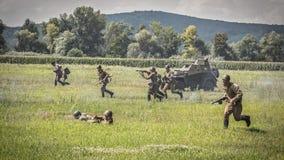Den röda armén anfaller tyska positioner Arkivbild