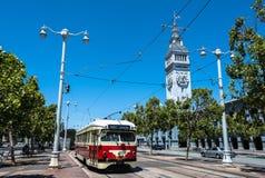 Den röda beigea spårvagnen i San Francisco Royaltyfri Foto