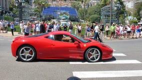 Den röda bilen. Arkivbild