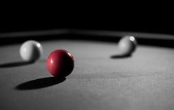 Den röda billiardbollen royaltyfri foto