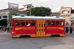 Den röda bilspårvagnen i Disney det Kalifornien affärsföretaget parkerar Royaltyfria Bilder