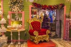 Den röda biskopsstolen av Santa Claus i julen shoppar Arkivfoto