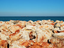 Den röda brant klippa, vaggar, berget, havet Arkivfoto