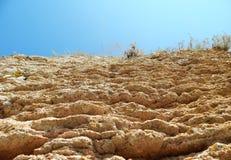 Den röda brant klippa, vaggar, himmel, berg Royaltyfri Fotografi