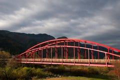 Den röda bron i Okuhida onsen royaltyfria foton