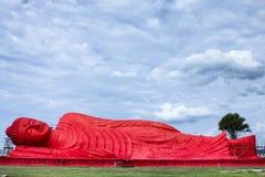Den röda buddha statyn på Songkhla, Thailand Arkivfoton