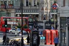 Den röda bussen och annan för dubbel däckare trafikerar, London Royaltyfria Foton