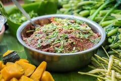Den röda chili, chilisås är kryddig Ätit med grönsaker Royaltyfri Bild