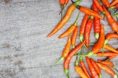 Den röda chili som är rå på den wood tabellen, förbereder mat ger en kryddig smak Royaltyfri Bild