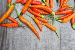 Den röda chili som är rå på den wood tabellen, förbereder mat ger en kryddig smak Royaltyfri Fotografi