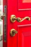 Den röda dörren med kasta i sig Arkivbilder