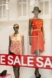 den röda detaljhandelsrean shoppar teckenfönstret royaltyfri fotografi